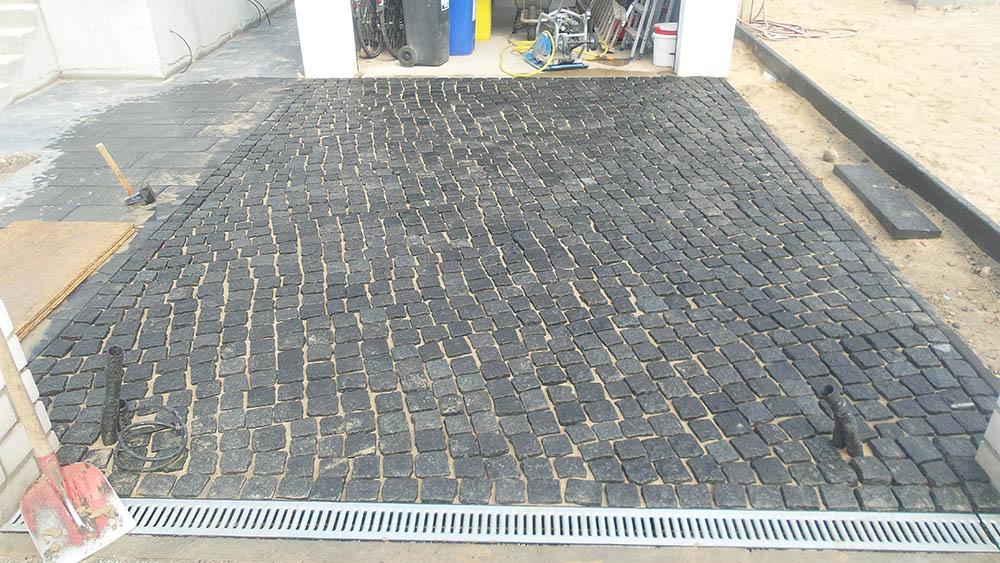 Natursteinpflaster vor einer Garage