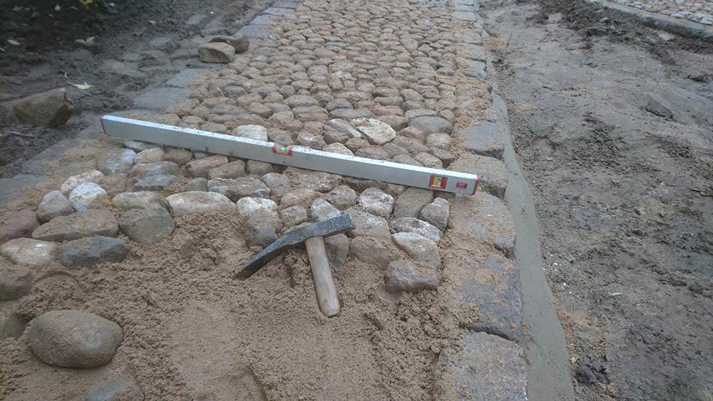 Verlegung von Natursteinpflaster in einer Einfahrt Part 2