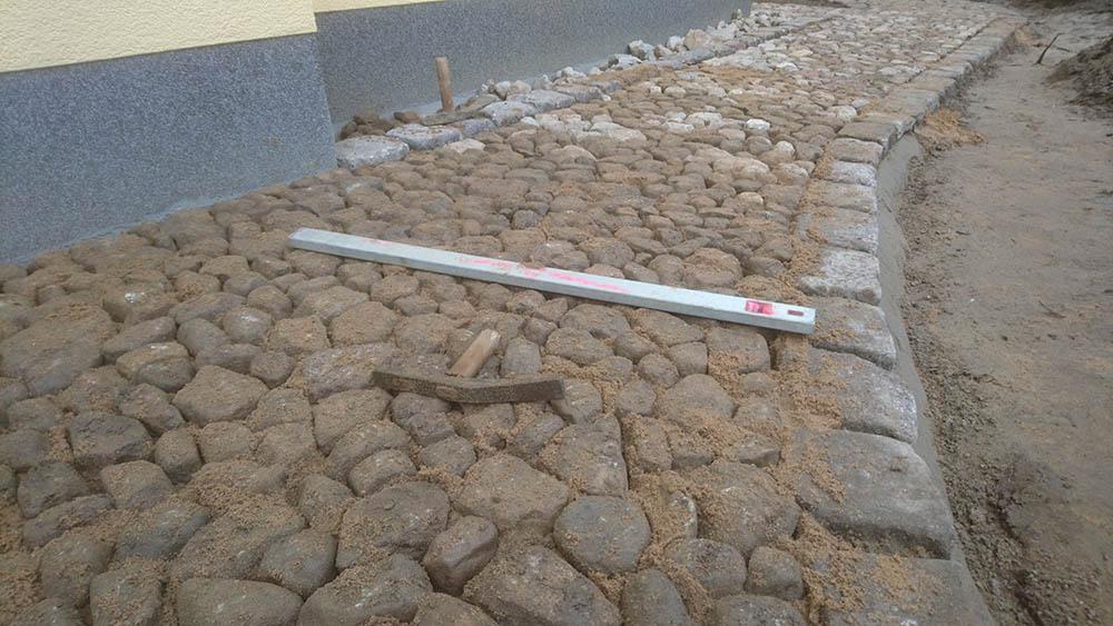 Verlegung von Natursteinpflaster in einer Einfahrt Part 3