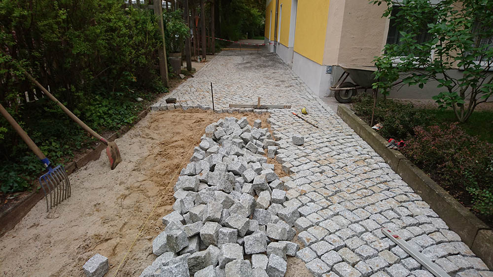 Verlegung von Natursteinpflaster in einer Einfahrt Part 4