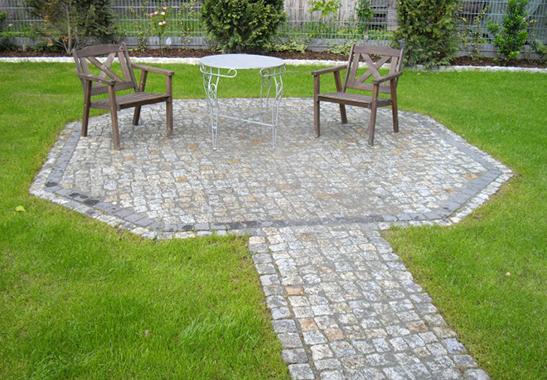 Terrasse aus Naturstein in Polygonform